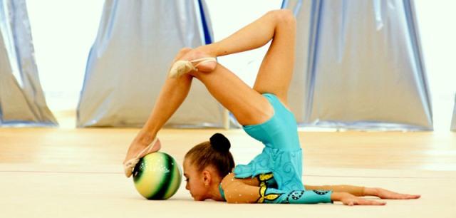 Перекаты мяча в художественной гимнастике